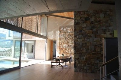 The living spaces happen in the habitable spaces formed between the rocks